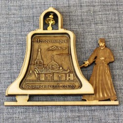 """Магнит из бересты монах с колокольчиком """"Вознесенский собор"""""""