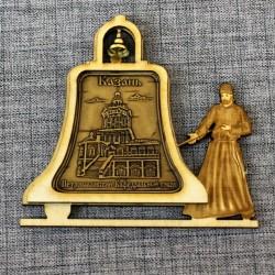"""Магнит из бересты монах с колокольчиком """"Петропавловский Каферальный собор"""