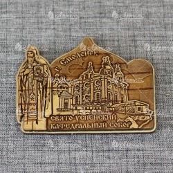 """Магнит из бересты резной с золотом монах с иконой """"Свято-Успенский Кафедральный собор"""" Смоленск"""